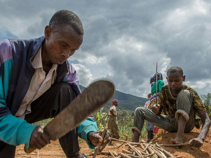 밭에서 일하고 있는 마을 사람들
