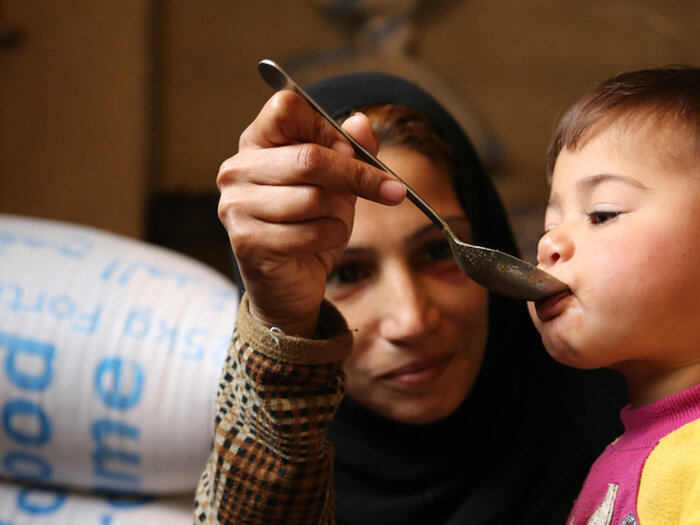 모유수유 중인 시리아 어머니
