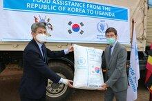 대한민국, 우간다 메뚜기떼 피해 지역에 한국 쌀과 지원금 전달